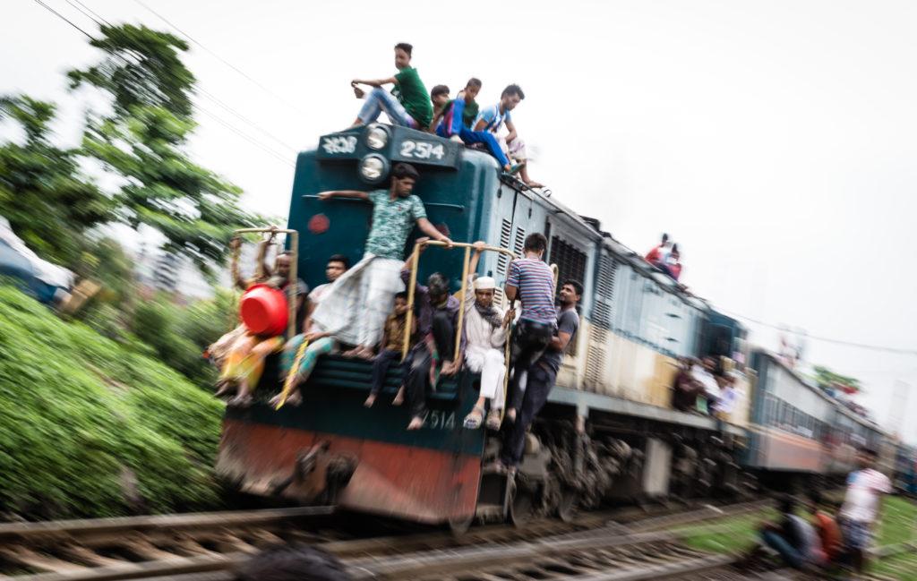 バングラデシュ名物?乗車率がネクストレベルな電車