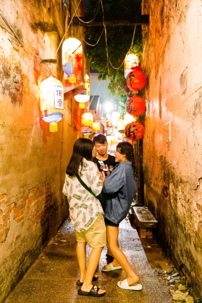 台南市。夜遊びを楽しんでいる地元の若者たち。
