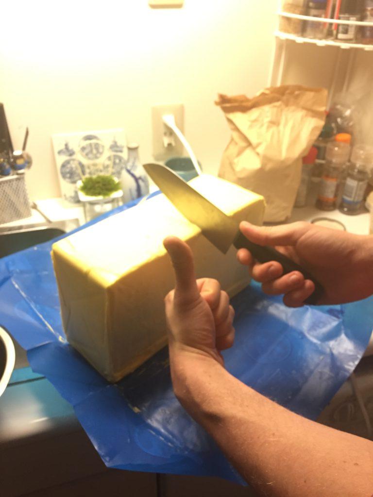 フォンテラ社グラスフェッドバター5Kgの大きさ。