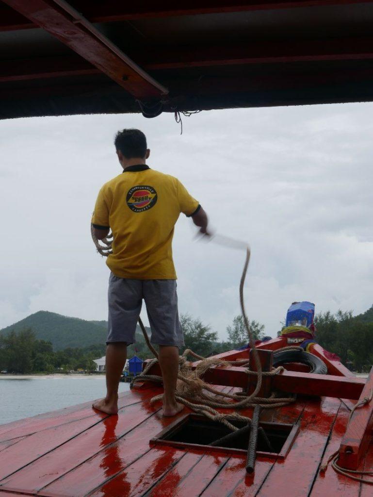 カンボジア、ロン島内は船で移動。(雨季のロン島情報)